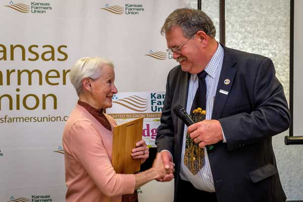 KFU President Donn Teske presents Senator Nancy Landon Kassebaum Baker with the 2017 Ruth Hirsh Award.